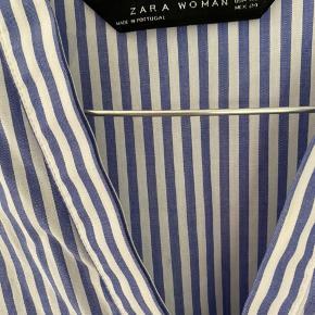 Blå og hvidstribede skjortekjole. Den er perfekt her til sommer som strandkjole. Eller sød med et par shorts eller jeans under. Den er brugt to gange og ingen tegn på slid. BYD endelig☺️