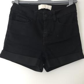 Sorte shorts i stræk-jeans-stof Stand: 6/10 Sendes, hvis køber betaler fragt Mængderabat gives, så se gerne mine andre annoncer Bytte er muligt Kommer fra ikke-ryger-hjem