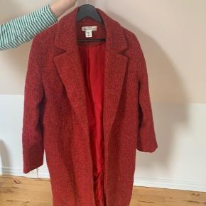 H&M frakke sælges i str. 36 ville også godt kunne passe en str. 38💫 kan desværre ikke huske original pris