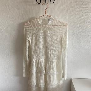 Meget fin hvid kjole fra Neo Noir. Kjolen er aldrig brugt.  Den er en størrelse xxs. Den lynes i siden. Ingen skader og ingen pletter. Den er købt 2 år tilbage.  Skriv evt. for flere billeder eller mere information 😁