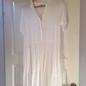 Ny kjole - aldrig brugt - pris er kun pillet af.  Ny pris 500,-