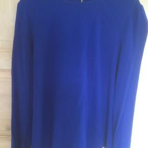 Mærke: Samsøe & Samsøe Style: Thea blouse 5687 Dress: 5687 Størrelse: S, passer også str M. Stor i størrelsen Farve: klar blå Materiale: Viscose Blusen: længde 60 cm og. Brystmål fra ærmegab til ærmegab er 55 cm. Blusen har en knap lukning i ærmet og en åbning i ryggen. Lidt længere på bagsiden end forsiden Stand: brugt få gange  Sælges kr 145