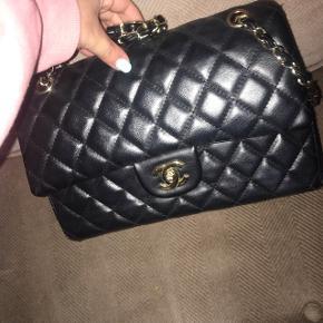 Meget vellignende replica Chanel taske. Tasken er i god stand og har ikke været brugt mere end 8 gange.  Giv et realistisk bud 😊