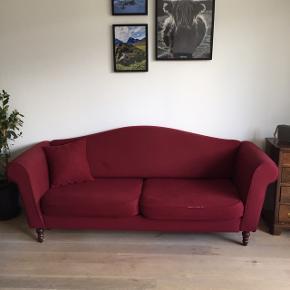 Retro bordeaux 3-personers sofa sælges. Har enkelte brugsspor, i form af lidt slidtage på kanten af hynderne (se billede). Måler B: 214 cm D: 76 cm.