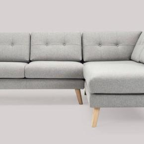 Super flot sofa fra Sofakompagniet med både chaiselong og hjørneelement. Rigtig fin stand, står som ny.   Model Conrad I lys grå med træben.   Skal hentes i Vanløse i slutningen af september.