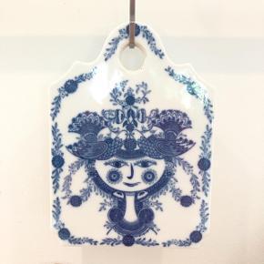 Blå dame med blomster og fugle i håret. Lavet i porcelæn, måler 20x14,5 cm