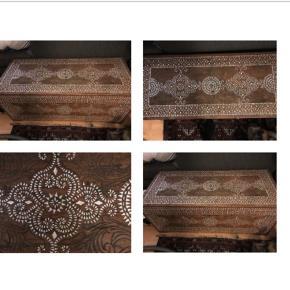 Smuk unik kiste med indlagt perlemor fra Lisbeth Dahl  Rummelig opbevaring og brugbar som bord Mål 105 x 45 x 45
