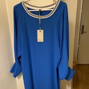 Blå (Electric Blue / koboltblå) elegant kjole fra italienske Anycase i str. One Size. Købt på rejse i april, men føles pænt for stor. Mål: længde ca 87 - 88 cm og bredde fra ærmegab til ærmegab ca 57 cm. Ærmer målt på indersiden inkl manchet del, som kan smøges op ca 50 cm