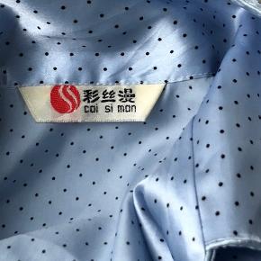 Lyseblå, prikket japansk vintage natskjorte købt i en vintage forretning i Berlin. Kender ikke den faktiske str men passer ihvertfald på alt fra xs-m 💕  Køber betaler fragt