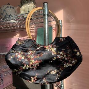 Virkelig fin håndtaske / skuldertaske i kinesisk / asiatisk mønster. Meget 90'er agtig!! Y2k/90s vibes  2000s, y2k, parisian, pinterest, trendy