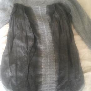 Fantastisk unik sweater/bluse fra den danske designer Gervig. Produceret i Italien i de lækreste materialer. Sweater i den lækreste bløde nye lammeuld med flot ryg i glat tye-dye og strikmønstre. Går længere ned bagpå end foran. Nypris var 900 eller 1200kr. MP 250kr.   De øvrig viste ting har egne annoncer.