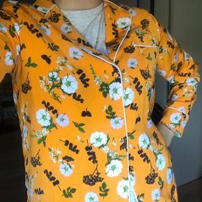 Sælger denne flotte sommerskjorte, i str, S 🌼   Brugt få gange.  Nypris: 400 kr.  #trendsalesfund