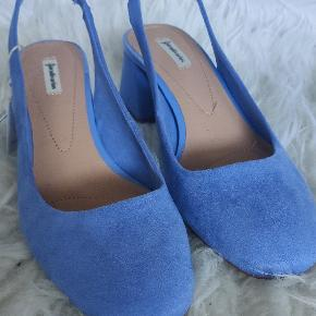 Super søde sommersko i den fineste blå farve! Jeg elsker dem, men de er desværre lidt for store til mig. Jeg bruger normalt str 37, men de er lidt store i størrelsen, så hvis du normalt bruger str 38, tror jeg, at de vil passe dig helt perfekt :) De er aldrig brugt.