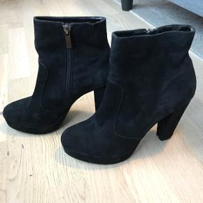 Super lækre ruskinds støvler fra Steve Madden købt i USA. De er kun brugt en enkelt aften og nat 😊 nypris var lige omkring 1000kr. Kom med et bud 🌸