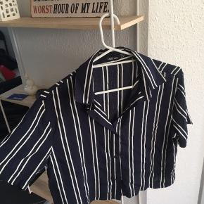 Super fed t-shit skjorte i utrolig god stand. Str. 36, byd gerne.