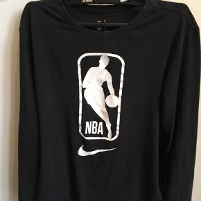 Ingen fejl brugt en nogle gange men er dsv blevet for lille nu. Det er en meget fin langærmet Nba trøje du nemt kan bruge til sport eller hverdagen...