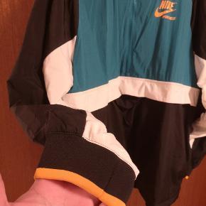 """Brugt 3 gange. Kan bruges som streetwear eller trøje til efter træning da den har udluftnings""""huller"""" i inderforet og luft ved ryggen. Købt i Nike butik i Spanien."""