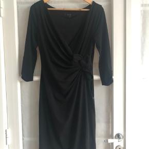 Kjole med fine detaljer og lynlås i siden, sidder flot til. Med for. Str 10 (UK size) svarer til 38.  #30dayssellout