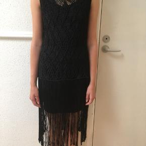 """Flot sort strik-kjole str. 34 sælges🌸😊Kun brugt få gange. Bemærk at """"modellen"""" har en sort underkjole på 🌞🌸😊Se også mine andre spændende annoncer😊 Jeg sender gerne ved betaling med MobilePay📦😊"""
