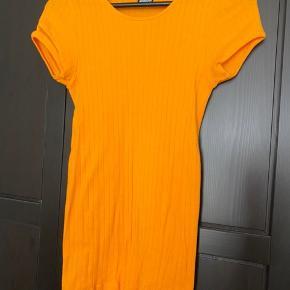 Mega smuk orange Nørgaard på Strøget 101 t-shirt. Prisen er fast og køber betaler fragt. Tager ikke retur.