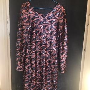 Flot kjole fra MW Make Way  Str m og brugt 3 gange.  Der ikk så langt til nytår :)