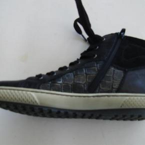 Varetype: damestøvler Farve: Sort Oprindelig købspris: 1000 kr.  Smart støvle med indv lynlås