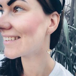 Rigtig fine håndlavet øreringe - 14k forgyldt messing og stickeren i øret er i guld. Og med en lille klar krystal.   Sender gerne 💌