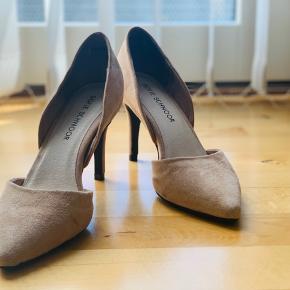 Sofie Schnoor åbne rose/nude stiletter med hælkappe i ruskind. Skoene er brugt én gang og står næsten som nye.