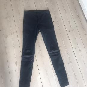 Helt nye læder bukser fra Day. Prøvet på 1 gang. Str. 34. Mørkeblå.