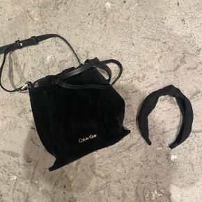 Super fed taske i læder og ruskind. Brugt men i super stand. Ingen pletter eller huller. Den er lille men stor nok til pung, tlf, nøgle og make-up.