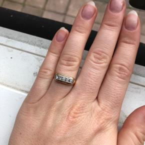 Super smuk herre ring, signet ring købt i bakkekilde (som er en luksus 2nd hand butik) i København. Ringen er udført i 14 karat guld, og prydet med 5 brilliant slebne diamanter. I farven Wesselton i kvaliteten vs1.  Ringen kostede 6000,-  Bytter ikke!!    Bud er bindende, så tænk dig om før du byder. Melder alle useriøse henvendelser til Trendsales, der ikke overholder aftaler.