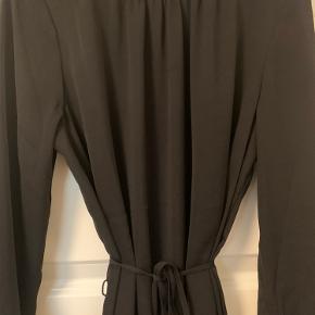 Elegant kjole fra Moss. Falder rigtig flot! Brugt 2 gange  Køber betaler fragt