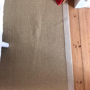 165x230 Ikeatæppe. Et par år gammelt, men holdt godt. Ikke mange tegne på slid. Har ligget under vores seng - så er ikke gået meget på. Fra ikke-ryger/dyre hjem. Nypris. 1200kr. Flettet tæppe - Jute tæppe