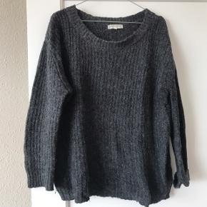 Godt brugt sweater fra Moss Copenhagen i str. S. Super blød at have på, har oversize fit ✌🏼 mørkegrå og virkelig flot 🌈  strikken er brugt, men pæn uden huller og pletter 🌸 den indeholder 25% Angora, og 25% uld.   Bemærk - afhentes ved Harald Jensens plads eller sendes med dao. Bytter ikke 🌸  ⭐️ Sweater strik oversize grå mørkegrå bluse trøje uld uldsweater angora