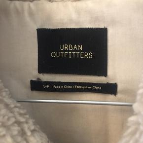 Jakke fra Urban Outfitters Brugt en del, men kan på ingen måde ses Ved ikke hvad str. er, men den passer en S-M