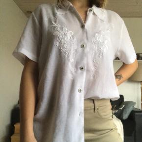 fineste vintage skjorte i str. 12:) den ses på en str. xs/s, så den passer alt derimellem  husk der er fri fragt i dag! (mandag d. 11/11)
