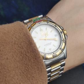 Jeg sælger et utrolig flot eksemplar af en Tag Heuer professionel WF-1120-0 som var en del af 4000 serien fra 90'erne. Dette ur er fra ca 1993 og der kan læses en del mere om serien her https://www.calibre11.com/tag-heuer-4000-review/  Uret er i en flot Two-tone, her er der bemærkelsesværdigt at der er snakke om belagt 18k guld som giver uret en urimelig lækker karakter som frembringer den champagne farvede skive utroligt pænt.  Alt på uret er originalt og kommer endda med original dykkerclasp og tilhørende æske (som har set bedre dage kosmetisk)  Uret er hermed også beregnet til let dykning med skrue krone, personligt har det været under vandet et par gange og her er der ingen problemer.   - Alt i alt er uret i nærmest NOS tilstand og kan både gå til skjorten, dykning eller til hverdagsbrug da det er tyndt.  Ja det er quartz, men indeholder er ETA 955.412 som har fået nyt batteri.   Skriv gerne for flere informationer, eller spørgsmål.  Kan selvfølgelig ses i Hillerød Eller sendes forsikret.