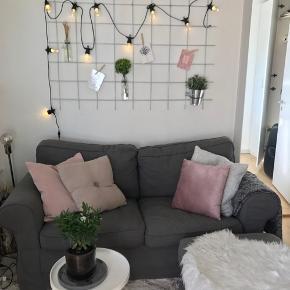 Ikea sofa ink puf. Sofaen er 2 Pers. Den er i fin stand. Puffen er med opbevaring og sidder ikke fast på sofaen. Nypris var 3498.- for begge ting.