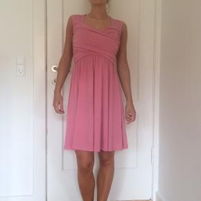 Brugt en enkelt gang. Er som ny.  Rosa kjole fra chiara forti. Str xs.  Jeg er 1,60 m høj og bruger normalt xs.  Sendes kun. Køber betaler selv fragt.
