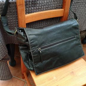 Stor sort Retro lædertaske med lang stofrem Der er lomme i klappen, to bagpå, en i hver side og flere indvendige. 10 i alt:) Indvendig er den rigtig fin, der er skrab på dutterne i bunden. 40 x 31 x 12 cm