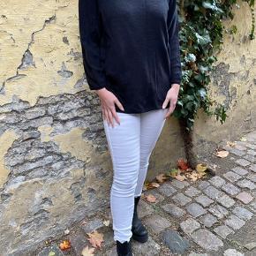 Skinny High jeans Gylp med lynlås og knap. Baglommer. Skinny fit. Bomuld 77% Polyester 21% Elastan 1% 40 grader maskinvask  Hvide denim bukser. Ubrugte. Aldrig gået med. Sælger dem da hvide bukser ikke er min stil alligevel.
