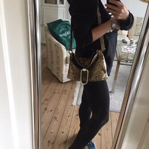 Vintage taske til salg. Ægte slangeskind. Åben for bud.