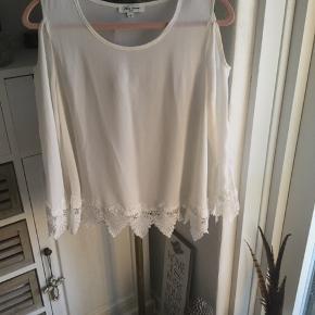 Flot hvid tunika med kig til skulder og blondekant, a-facon, kun prøvet på, er som ny, passer str. S/M.
