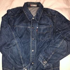 Lækker vintage levis jakke, sælges billigt da jeg ikke får den brugt 💗 jeg er str s og den vil passe s-l
