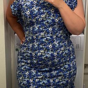 Blå blomstret kjole m. 80'er-ærmer :-) brugt 1 gang