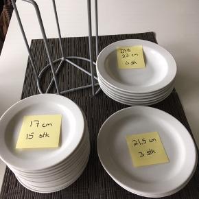 Hvide tallerkener. alle uden skår.  Str og antal og evt mærke fremgår af billederne - Pris 1 kr / stk ellers BYD   Den grå tallerkner holder kan rumme tallerkner med diameter på max 19 cm Grå holder pris 25 kr.