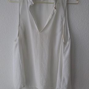 Hvid skjortebluse fra H&M i str. 44 med lille guldknap i halsen.