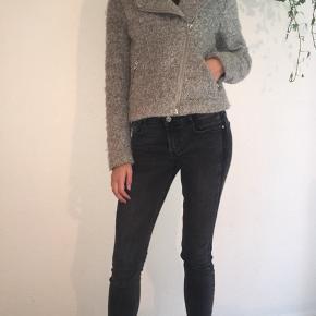Elegant kort jakke fra H&M str. XS sælges. Jeg sender gerne ved betaling med MobilePay, samt Porto GLS 45 kr. se også mine andre spændende annoncer☀️ Obs. Gratis Porto i uge 42 ved køb via TS🌸