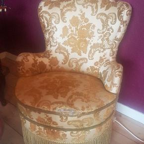 Smuk antik stol. Stoffet er i god stand pånær ved sædet:)
