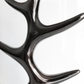 Smukt og elegant smykketræ fra Menu, designet af Louise Christ. Kan anvendes til bådes ringe, armbånd, halskæder og øreringe. Fremstillet i højglanspoleret sort aluminium, der både kan tåle at blive brugt og har den fornødne vægt til at bære dine smykker uden at vælte. Højde: 26 cm Bredde: 13,5 cm Nypris: 475 kr Sælges nu for 165 kr. Kan afhentes på Amager nær Amagerbro metro eller sendes med DAO (45 kr).